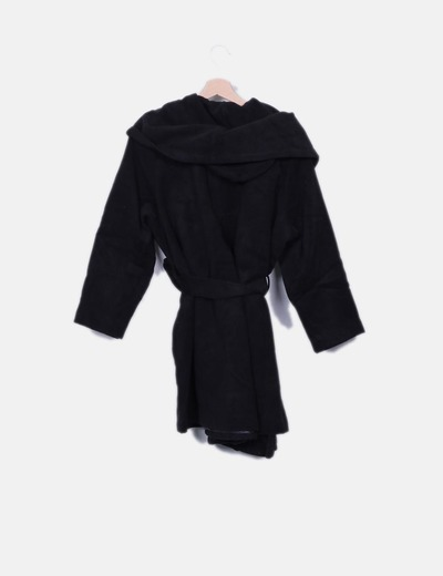 Abrigo negro con cinto y gorro