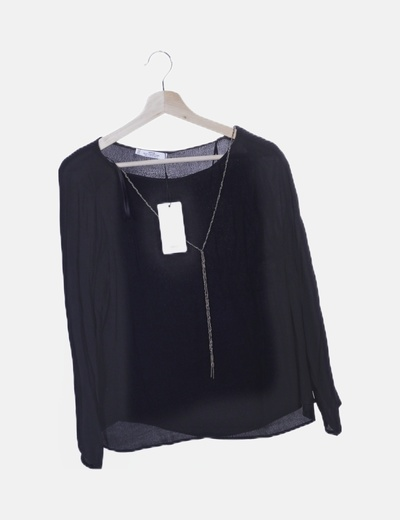 Camisa negra fluida con cadena