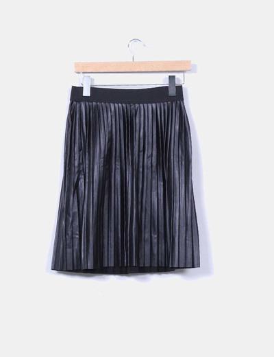 Falda midi negra polipiel con tablas