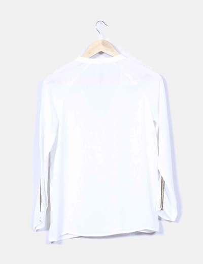 Blusa blanca con paillettes doradas