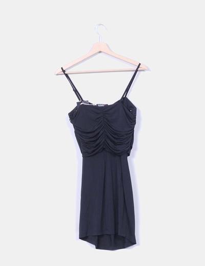 Vestido negro detalle broche flor