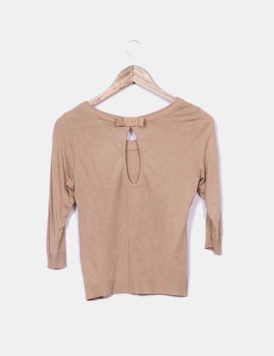 Camiseta de manga larga marron claro con circulo abierto espalda