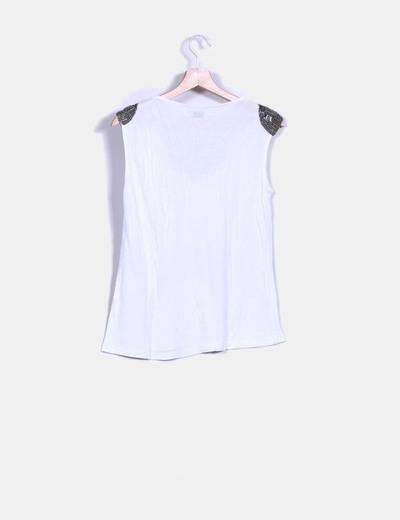 Top blanco con strass hombros