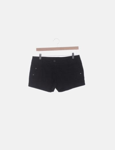Short negro con dobladillo