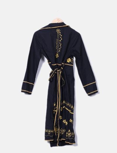 Vestido negro midi con bordado floral