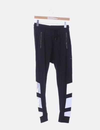 Pantalón baggy negro estampado blanco