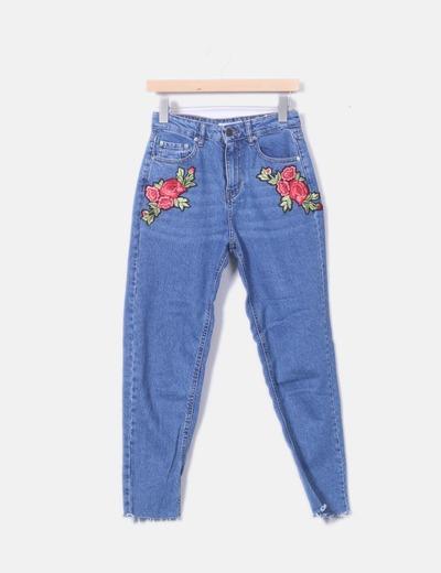 Mom jeans com bordado de flores Pull&Bear