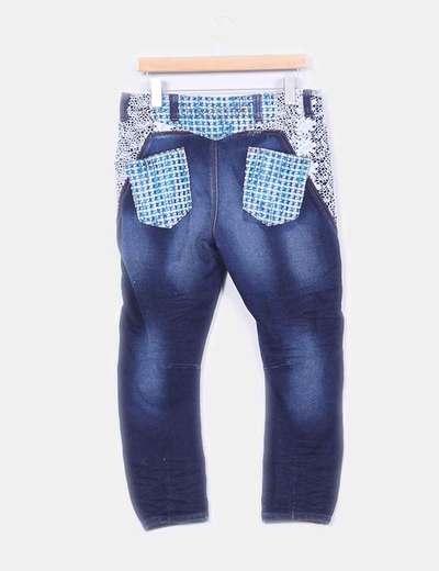 Jeans oscuros con bordados