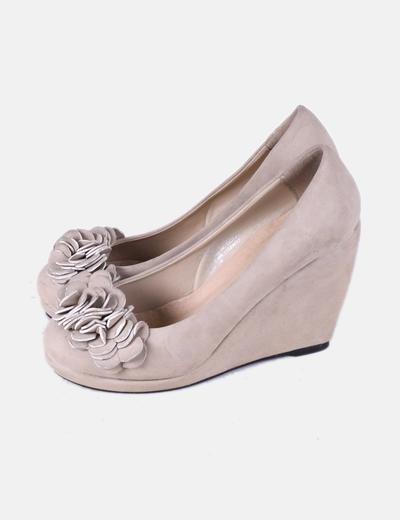 Zapato con cuña de ante beige Pieces