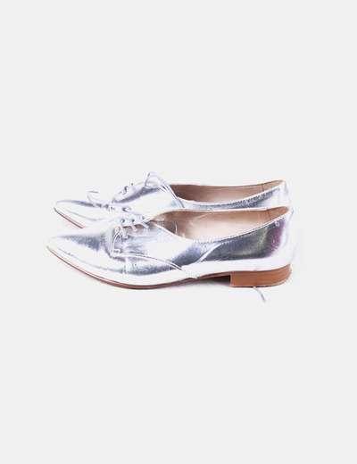 Zapato plateado con cordón