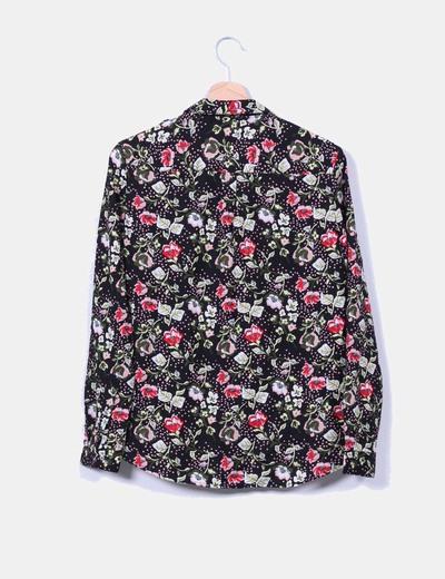Blusa negra estampada floreada