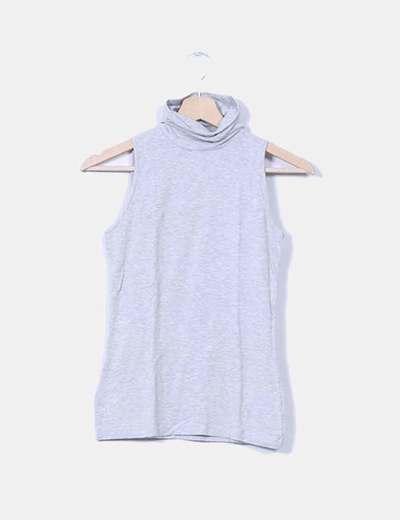 Camiseta gris con cuello sin mangas Stradivarius