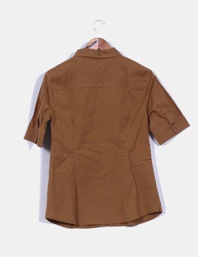 Camisa camel manga corta detalle bolsillos