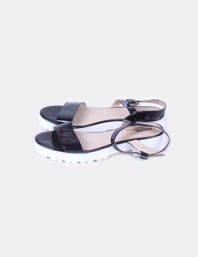 Sandalia negra acharolada