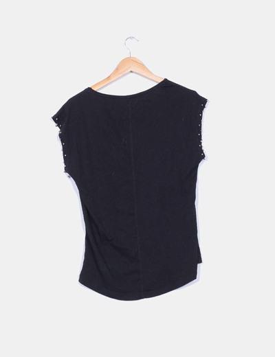 Camiseta negra con strass en las mangas