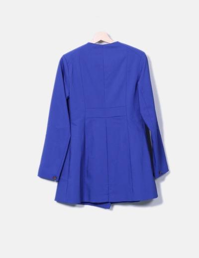 Abrigo azul satinado con doble botonadura