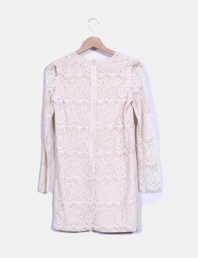 Vestido beige combinado con crochet