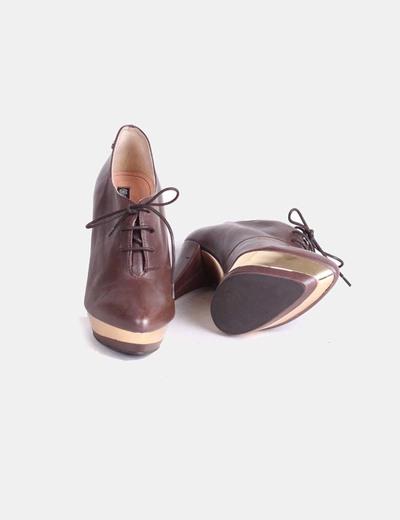 Zapato abotinado marron detalle dorado