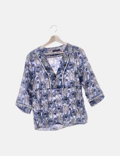 Blusa azul floral cuello pico