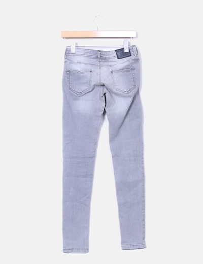 Jeans denim pitillo gris claro