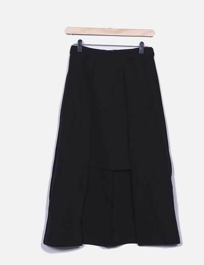 Falda negra midi asimétrica