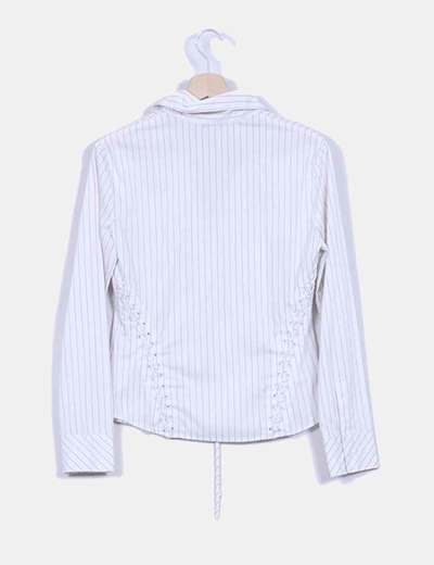 Camisa blanca de rayas finas con cierre central y lateral tipo corset
