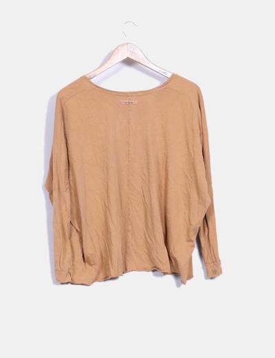 Camiseta camel con abalorios oversize