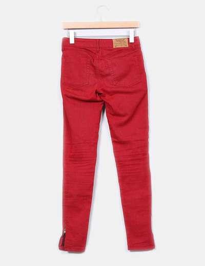 Pantalon rojo detalle cremalleras