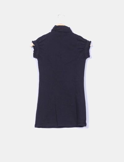 Camiseta negra cuello cisne manga corta