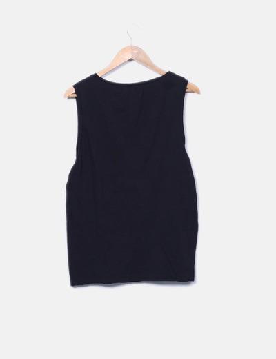 Camiseta negra con letras blancas
