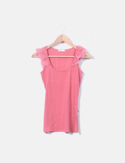 Camiseta rosa tirante encaje