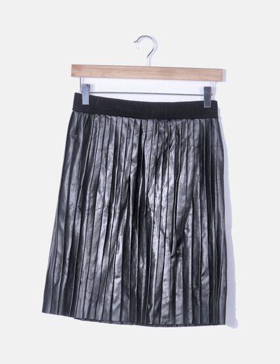 Falda plisada negra encerada