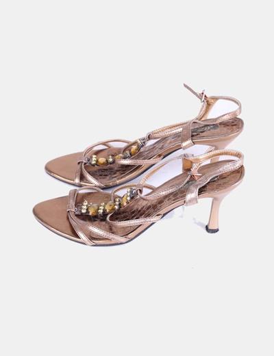 Sandalia de tacón dorada combinada con pedrería Alma en pena