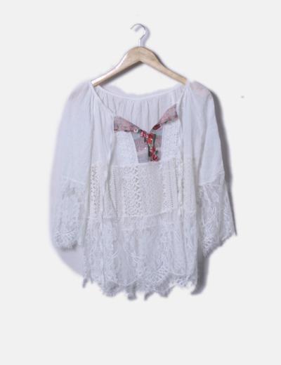 Blusa combinada con crochet y bordados florales