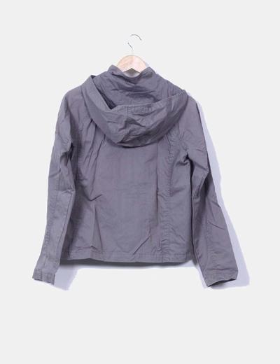 Trenca gris con capucha
