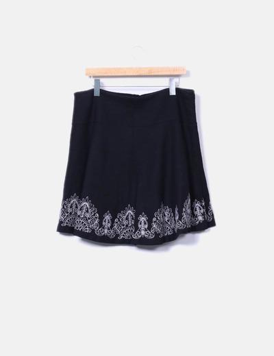 Falda negra con bordados