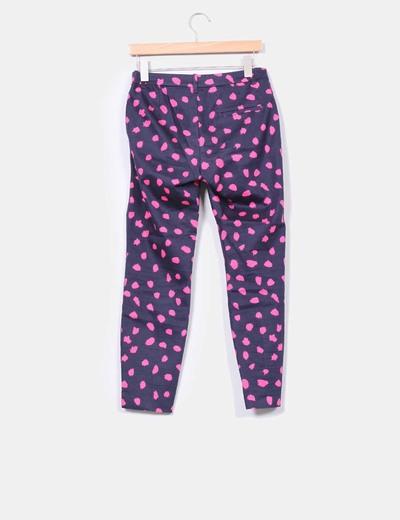 Pantalon azul marino con manchas rosas