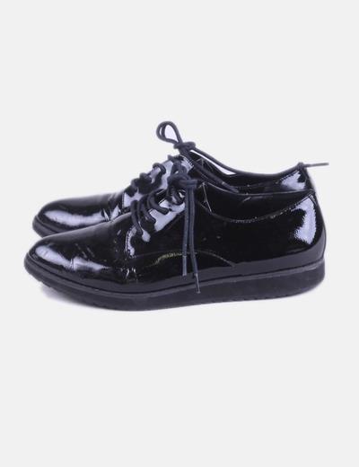 Zapato negro de charol