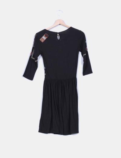 Vestido negro bordado manga francesa