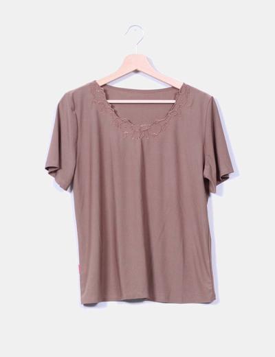 Camiseta marrón detalle floreada Boteli