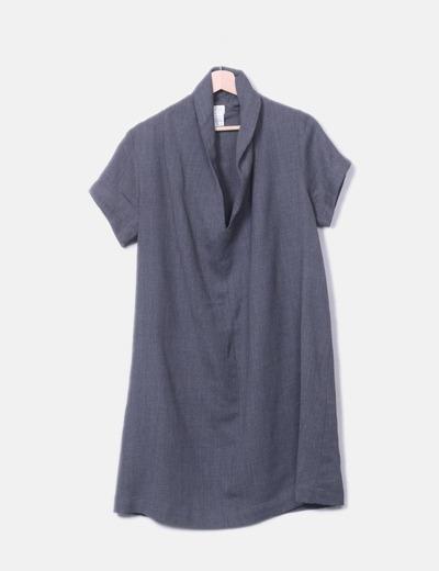 Vestido fluido gris con escote pico