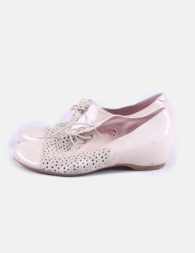 Zapato beige troquelado