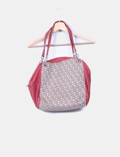 Bolso rojo y beige con detalle de la marca  DKNY