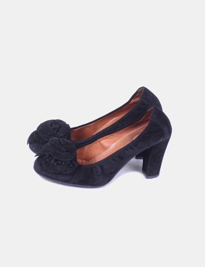 Zapato negro  piel efecto ante, detalle flor Ras