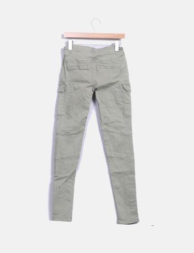Pantalon verde detalle bolsillos