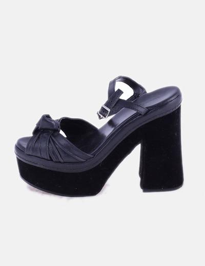 Sandalia de tacón negro combinado