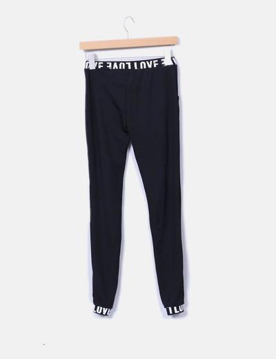 Legging negro con letras y bolsillos