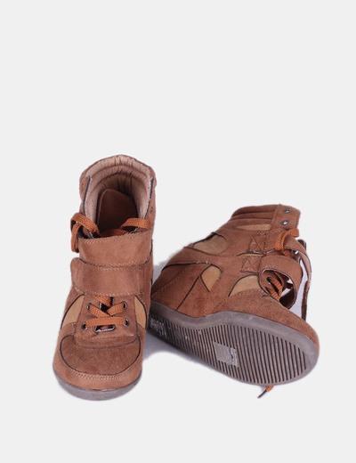 Sneaker marron con cuna interior
