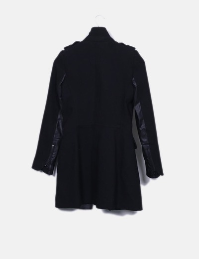 Abrigo negro combinado con polipiel