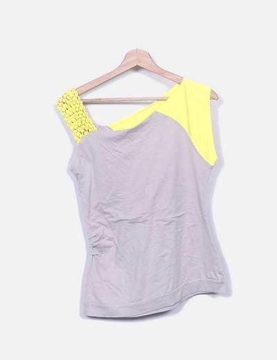 Camiseta beige y amarilla